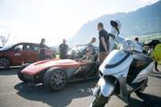 Am Elektro Fun Day beim Flugplatz Buochs: Kurt Hasler aus Alpnach testet ein Elektroauto. (Bild: Corinne Glanzmann, Luzerner Zeitung / Buochs, 27.05.2017)