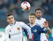 Kämpfertyp: Simon Grether im Duell mit FCB-Flügel Mohamed Elyounoussi (links). (Bild: Urs Flüeler/Keystone (Luzern, 28. April 2017))