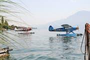 Zwei Piper PA-18 Super Cub warten im See vor Hergiswil darauf, von Hunderten Schaulustigen bestaunt zu werden. (Bild Philipp Unterschütz)