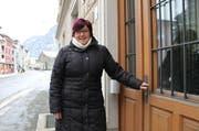 Blick optimistisch in die Zukunft: Pia Tresch beim Eingang zum Erstfelder Gemeindehaus. «Die Arbeit im Gemeinderat ist befriedigender als jene im Landrat», sagt die Gemeindepräsidentin. (Bild: Markus Zwyssig (Erstfeld, 10. Januar 2017))