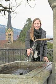 Jana von Holzen am Brunnen vor dem Kniri-Schulhaus. (Bild: Corinne Glanzmann (Stans, 10. Januar 2018))