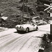 Oldtimer wie dieser Jaguar XK120 könnten an der Rallye Gotthard zu sehen sein. Auf der Aufnahme zu sehen ist das englische Ehepaar Appleyard, 1950 an einem Rennen über den Furkapass. (Bild: PD)