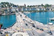 Blick von der Terrasse der Führungs- und Tourismusakademie HFT Luzern hinunter auf die teilgesperrte Seebrücke. (Bild: Roger Grütter (Luzern, 6. Juli 2017))