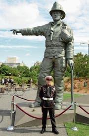 Tobias Breuer zu Besuch beim kanadischen Feuerwehrdenkmal in der Hauptstadt Ottawa. (Bild: PD)