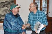 Paul Dubacher (rechts) überreicht Heiri Stadler das Diplom. (Bild: Georg Epp (17. Juni 2017))