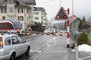 Stausituation beim Karliplatz, während die Barriere der Zentralbahn geschlossen ist. (Bild: Oliver Mattmann (Stans, 22. Dezember 2017))