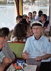 Kapitän Franz Weiss für einmal nicht hinter dem Steuerrad, sondern im Gespräch mit Gästen. (Bild: Birgit Scheidegger (Sarnen, 23. September 2017))