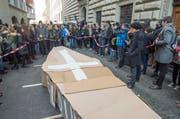 Mehrere Hundert Schüler demonstrieren mit einem «Trauermarsch» gegen die Sparpläne der Luzerner Regierung. (Bild: Keystone / Sigi Tischler)