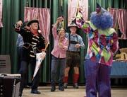 Die 93-jährige Maria Flühler-Felder (Bild oben) geniesst die Stimmung an der Stanser Seniorenfasnacht, an der auch Clown Therry dabei ist (unten). (Bilder: Corinne Glanzmann (Stans, 31. Januar 2018))