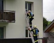 Über eine Leiter gelangten die Feuerwehrmänner ins Gebäude. (Bild: Geri Holdener, Bote der Urschweiz)