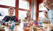 Sie haben gut lachen: Kinder an einem betreuten Mittagstisch in Sachseln. (Bild: Corinne Glanzmann (4. April 2017))