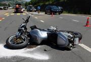 Das massiv beschädigte Motorrad. (Bild: Geri Holdener)
