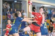 Kein Durchkommen für die Stanserin Flavia Kuster (am Ball) gegen die SG Yverdon/Crissier. (Bild: Philipp Bild: Philipp Schmidli (Stans, 8. Oktober 2017)(PHILIPP SCHMIDLI | Fotografie))