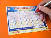 Ein Schein für Euro Millions wird ausgefüllt (Symbolbild) (Bild: Keystone)