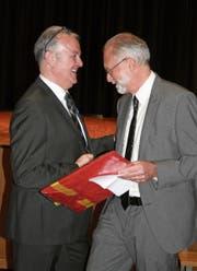 Der Stanser Gemeindepräsident Gregor Schwander (rechts) gratuliert Joe Christen. (Bild: Sepp Odermatt (Stans, 4. März 2018))