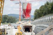 Das Gebiet in Wöschnau gleicht derzeit einem Riesenbauplatz. Baugruben werden ausgehoben, Geleise und Kantonsstrasse verlegt sowie ein Förderband und ein Betonwerk erstellt. (Bild: Keystone / Urs Flüeler)