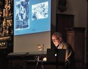 Kunsthistoriker Beat Stutzer deutete einige Bilder von Heinrich Danioth. (Bild: urh (Wassen, 25. Oktober 2017))