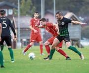 Der Stanser Fabio Gisler (links) wird vom Luzerner Ivan Abu Ghannam unsanft gebremst. (Bild: Manuela Jans-Koch (Stans, 7. Oktober 2017))