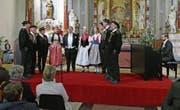 Die gemeinsamen Auftritte der Jodlergruppe Titlis mit Reto Bugmann (Mitte mit Anzug) und Dominique Allemann am Klavier gehörten zu den Konzerthöhepunkten. (Bild: Beat Christen (Engelberg, 29. Dezember 2017))