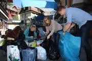 Sammelaktion für Flüchtlinge in Engelberg: Daniela Gnilke, Maya Spaar, Silja Sandbakk und Stefan Brunqvist (von links). (Bild Marion Wannemacher)