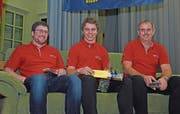 Der mit dem «SürPryys 2017» geehrte Marco Michel wird von Heinz Schrackmann (rechts), Berufsbildungsverantwortlicher für Polymechaniker bei der Ruag, und dessen Stellvertreter Matthias Rohrer (links) flankiert. (Bilder: Robert Hess (Kerns, 2. Januar 2018))