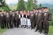Der Jodlerklub Sarnen geniesst vor dem Auftritt wohltuende Klewenluft. (Bild: Rosmarie Berlinger (Klewenalp, 13. Juli 2017))