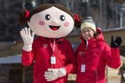 Maskottchen «Heidi» und Lena Frauenknecht, Freiwilligenarbeiterin im House of Switzerland posieren vor dem House of Switzerland in Pyeongchang. (Bild: KEYSTONE/Alexandra Wey (13. Februar 2018, Südkorea))