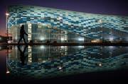 Noch sind die Uniformierten nicht in Sicht: Der Iceberg Skating Palace in Sotschi bei Nacht. (Bild: Keystone)