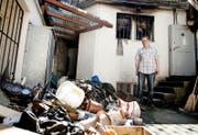 Daniel von Rotz steht nach einer Explosion in seinem Betrieb im Juni vor einem Trümmerhaufen: Der Kernser Wirt hat ein schwieriges Jahr hinter sich. (Bild Corinne Glanzmann)
