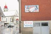 Die Ybriger sind sehr stolz auf ihr Skiass Wendy Holdener: Plakate in Unteriberg. (Bild: Laura Inderbitzin)