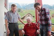 Theres Ackermann mit ihren Söhnen Tony (links) und Oskar. (Bild: Marion Wannemacher (Sachseln, 9. April 2018))