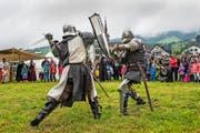Kreuzende Klingen in Oberägeri: Ein Schaukampf zweier Ritter gab einen Einblick, wie sich die Eidgenossenschaft vor 700 Jahren verteidigt hat. (Bild Christian Herbert Hildebrand)