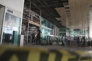 Der Flughafen Atatürk in Istanbul nach den Anschlägen. Bauarbeiter setzten kaputte Wände Instand. (Bild: AP Photo/Bram Janssen)