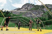 Das Festgelände für das Rüchä Rock Open Air eingangs des Brunnitals nimmt Gestalt an. Das OK sowie viele freiwillige Helfer bauen die Zelte und die Bühnen auf, damit am Wochenende gerockt werden kann. (Bild: Florian Arnold (Unterschächen, 19. Juli 2017))