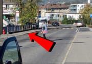 Der beige PW der 89-jährigen Lenkerin streifte ein Auto, prallte links bei der Haltestellte Stelzli ins Mäuerchen und blieb schliesslich rechts auf dem Trottoir stehen. (Bild: Bildmontage Bote der Urschweiz)
