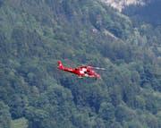 Ein Heli der Rettungsflugwacht brachte den Piloten zurück nach Schwyz. (Bild: Geri Holdener)
