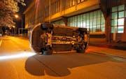 Zwei der spektakulären Unfälle, die jüngst im Kanton Zug durch Trunkenheit am Steuer verursacht wurden. (Bilder Zuger Polizei)