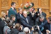 Guy Parmelin nimmt die Gratulationen seiner Parteikollegen entgegen. (Bild: Keystone / Peter Schneider)
