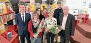 Die Jubilarinnen Daniela Gabert-Arnold und Gerda Ludwig-Nederkoorn mit Vertretern der BKD, des Stiftungsrats, der Gemeinde Altdorf und der Co-Leitung der Bibliothek. (Bild: PD (Altdorf, Dezember 2017))