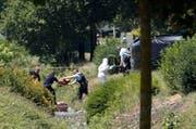 Sicherheitskräfte sind am Tatort an der Arbeit. (Bild: Keystone/AP Photo/Laurent Cipriani)