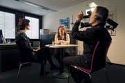 Kameramann Peter Hammann filmt für das aktuelle FEG-Video ein Gespräch von Beraterin Anja Mackensen (links) mit einer Betroffenen. (Bild: PD)