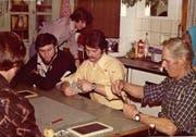 Vater Hans Mathis (rechts) jasst 1976 zu Hause in Altzellen mit einigen seiner Söhne . (Bild: Privatarchiv Familie Mathis)