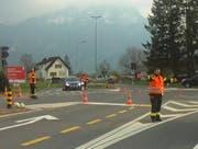 Verkehrsregelung durch die Schwyzer Feuerwehr auf der Verzweigung H8/Schlagstrasse. (Bild: Geri Holdener, Bote der Urschweiz)
