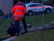 Polizisten vermessen die Absturzstelle. (Bild: Geri Holdener, Bote der Urschweiz)