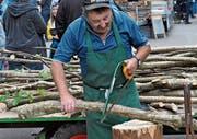 Am Handwerksmarkt zeigt «Neien Toni» fachkundig, wie man früher «Stüüdägarbä» zubereitete. (Bild: PD)