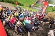 Über Seile, Pneuhaufen, Schlamm und Stein: Trotz Regen liessen sich die knapp 6650 Läufer am Strongman Run von keinem Hindernis aufhalten. (Bild: Roger Gruetter / Neue OZ)