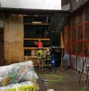Die Polizei begann nach den Löscharbeiten mit der Ermittlung der Brandursache. (Bild: Laura Inderbitzin, Bote der Urschweiz)