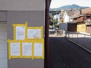 Die Korrespondenz im Anhängerstreit hat Beat Kaufmann öffentlich an seine Hausfassade geklebt. Rechts der Rosenweg, im Hintergrund der abgestellte Anhänger. (Bild: Kurt Liembd (Hergiswil, 6. April 2017))