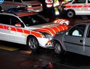 Ein Polizist markiert die Unfallstelle. (Bild: Geri Holdener, Bote der Urschweiz)