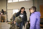 Christoph Herzig wird vollbepackt von Erika Walther vom Kreiskommando empfangen. (Bild: Marion Wannemacher)